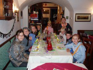 """Kindergeburtstag """"Ein Fest in der Burg"""", Jause in der Burgtaverne, 2011, Foto: Stadtarchäologie Hall i.T."""
