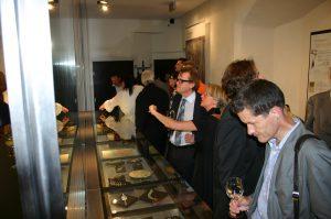 Ausstellungsführung von Mag. Armine Wehdorn für GR Dr. Werner Schiffner (Mitte), Foto: Stadtarchäologie Hall i.T.