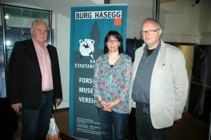 """Workshop """"The Assembly Project"""" (TAP), v.l.n.r.: Kulturobmann StR. Johann Tusch, Dr. Natascha Mehler M.A. und Dipl.-Ing. Walter Hauser, 2013, Foto: Stadtarchäologie Hall i.T."""