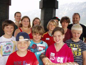 """Ferienexpress Hall-Absam 2013, """"Entdeckungen über und unter den Dächern von Hall"""", Gruppenfoto am Kirchturm, Foto: Stadtarchäologie Hall i.T."""