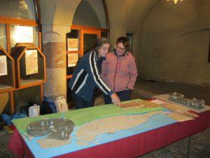 Haller Nightseeing 2013, Mag. Anny Awad erklärt das Modell der Flusslandschaft Halls, Foto: Stadtarchäologie Hall i.T.
