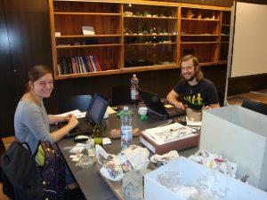 Caroline Posch Bakk. und Florian Messner Bakk. bei der Inventarisierung im Rahmen des vom BMUKK geförderten Projektes, 2012, Foto: Stadtarchäologie Hall i.T.