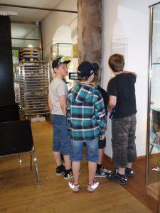 """Gutscheinaktion Wie lebte sich´s im Mittelalter?"""", Schüler bei der Lösung von Forscheraufgaben, 2013, Foto: Stadtarchäologie Hall i.T."""