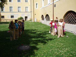 """Ferienexpress 2011 """"Spiel und Spaß im Mittelalter?"""", Sackhüpfen, Foto: Stadtarchäologie Hall i.T."""