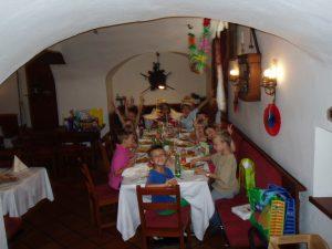 """Kindergeburtstag """"Ein Fest in der Burg"""", Jause in der Burgtaverne 2013, Foto: Stadtarchäologie Hall i.T."""