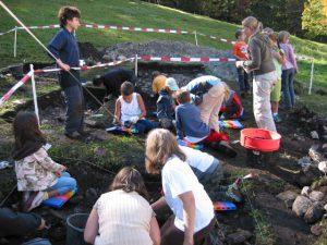 Archäologische Kindergrabung, 2007, St. Magdalena im Halltal, Foto: Stadtarchäologie Hall i.T.